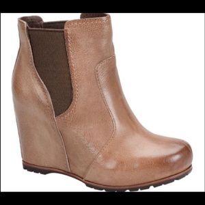Kork-ease platform boots. Size 7